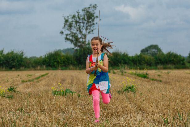 怕不是咖喱棒 外國小女孩在湖中發現「亞瑟王之劍」